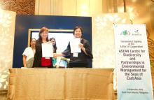 ACB's Executive Director Theresa Mundita S. Lim and PEMSEA's Executive Director Aimee Gonzales holding up the signed Letter of Cooperation